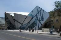 In ungewöhnlich kristalliner Struktur hebt sich das Toronto Royal Ontario Museum in den Himmel empor. © The Museum, Brian Boyle