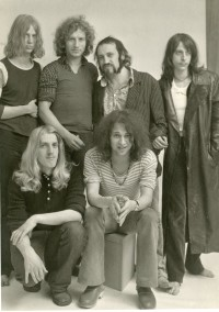 Die Ton Steine Scherben und ihr Sänger Rio Reiser schafften Anfang der 1970er-Jahre etwas, was bis dahin unmöglich schien: Gute, authentische Rockmusik mit deutschen Texten zu machen, die nicht peinlich klangen, sondern ganz natürlich.
