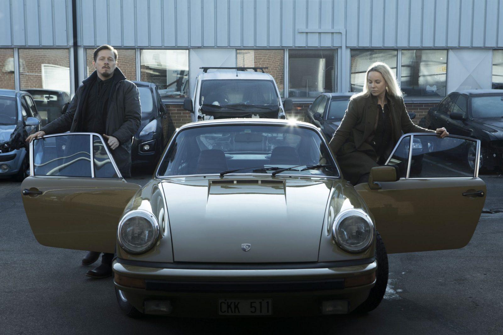 Die Bruecke 4 - Thure Lindhardt als Henrik Sabroe + Porsche 911 G+ Sofia Helin als Saga Noren